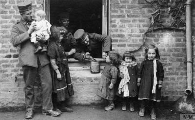 Soldats allemands et enfants français 1GM