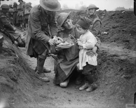 Soldats écossais partageant la nourriture