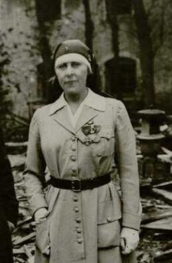 Madame LIOUVILLE décorée Hazebrouck (59) octobre 1918