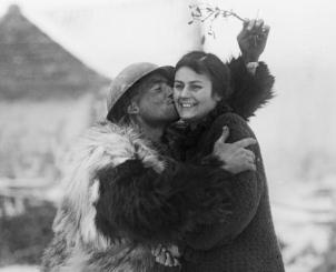 """Un soldat anglais en tenue d'hiver et une """"french farm-girl"""" (62) 1GM"""