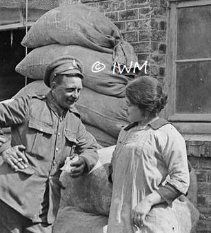 """Soldat britannique et """"a french girl"""" 1917"""