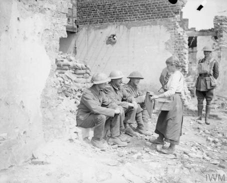 Vermelles, jeune fille et soldats britanniques dans les ruines.