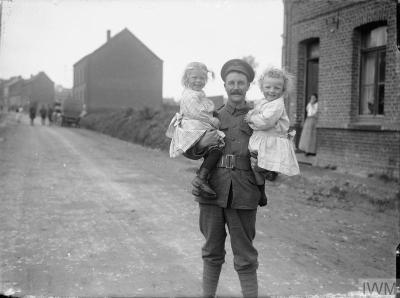 Bruay, 1916, britannique et enfants de la commune
