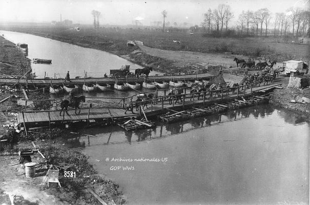 Allemands traversant la Lys sur un double pont provisoire.